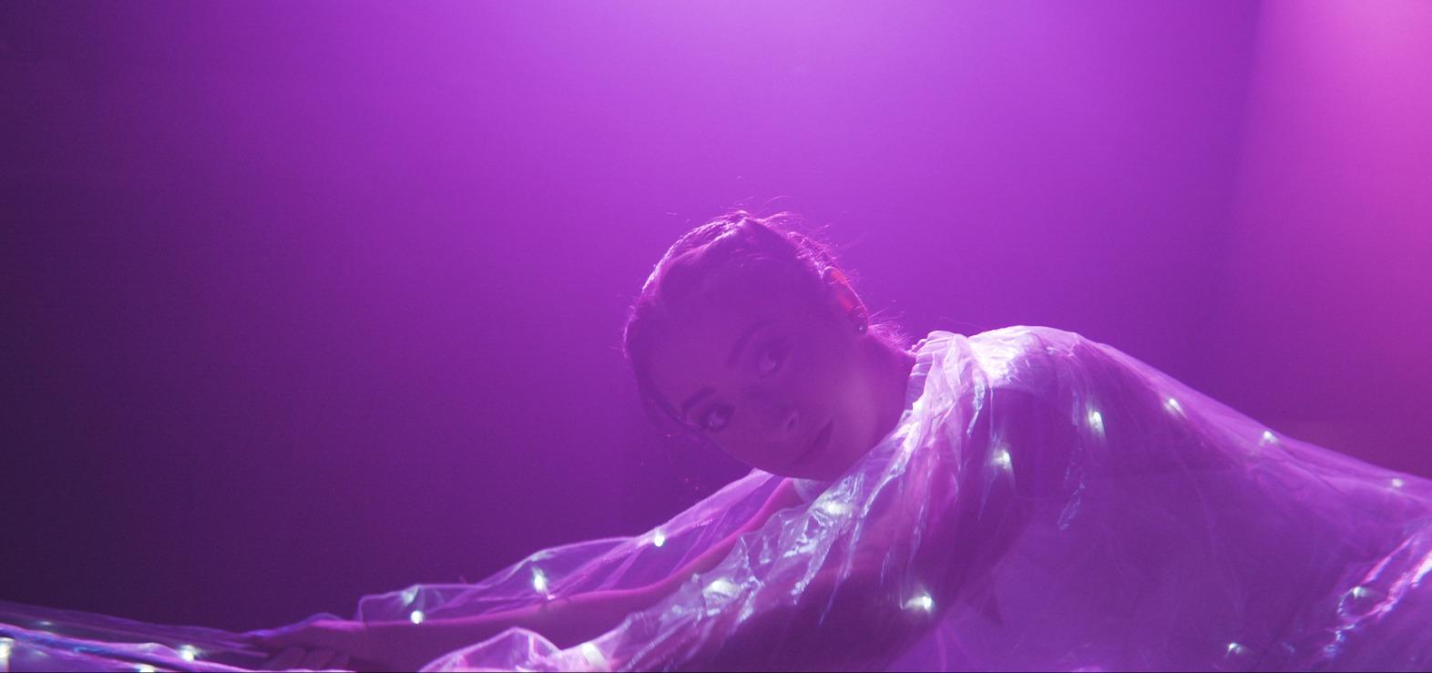 Dansare med LED-klänning i en magisk show