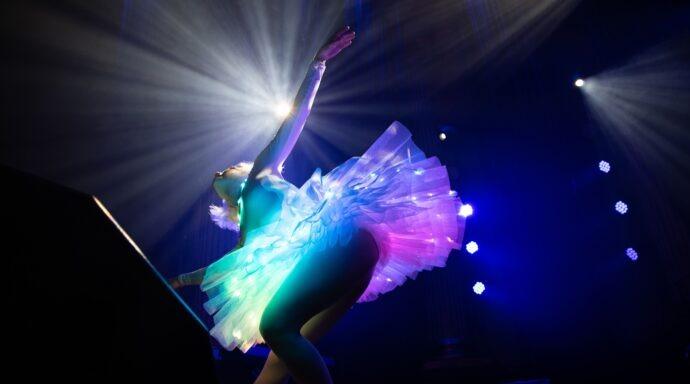 Dansare med LED-tutu uppträder i en magisk show