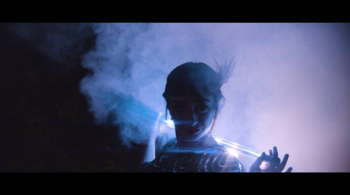 Dansare med LED-poi i dimman