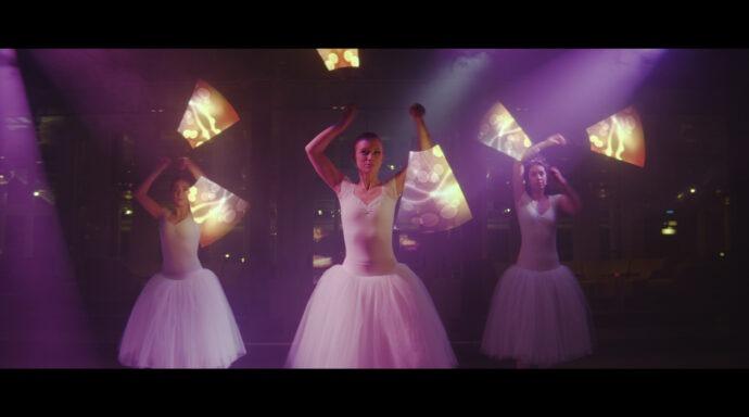 Tre dansare med LED-poi och balettdräkt