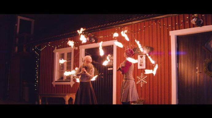 Två elddansare i julmarknad