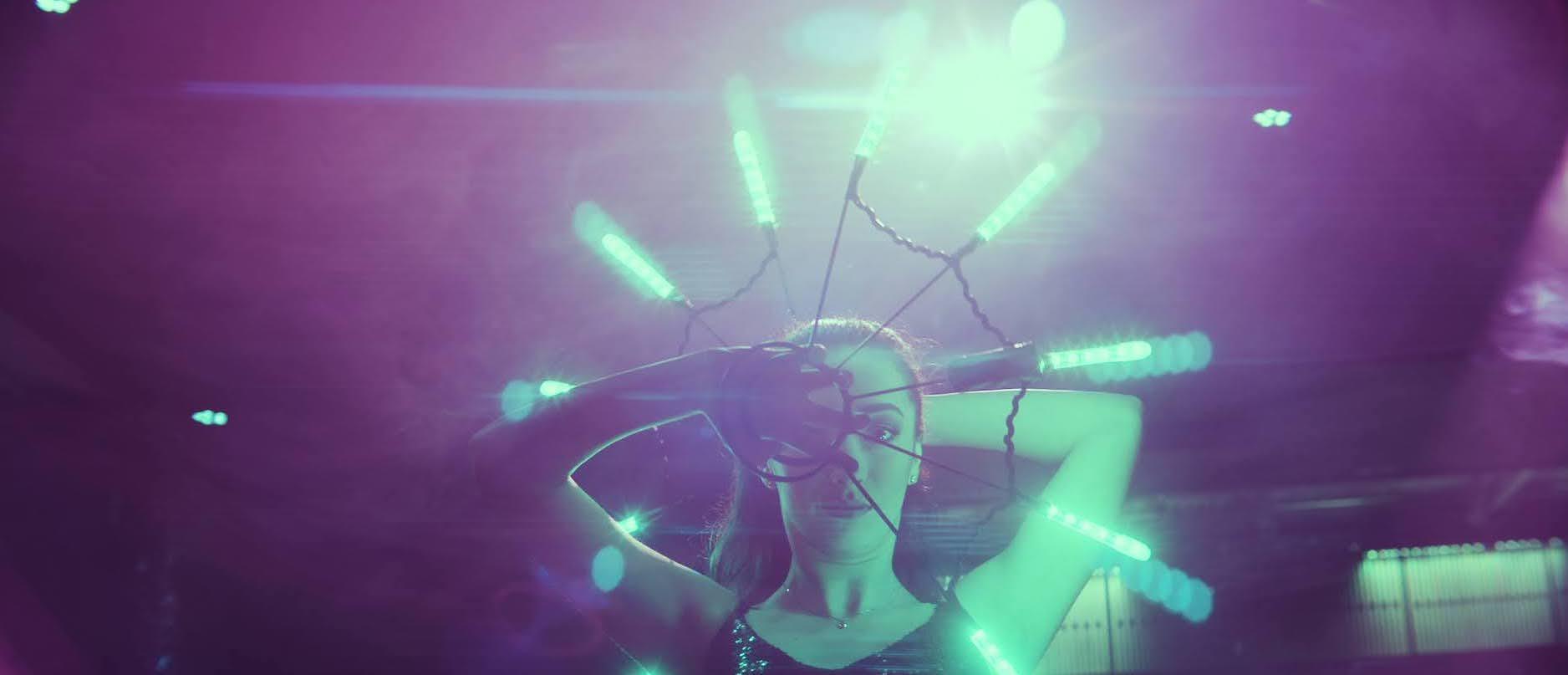 Dansare med LED i nightclub