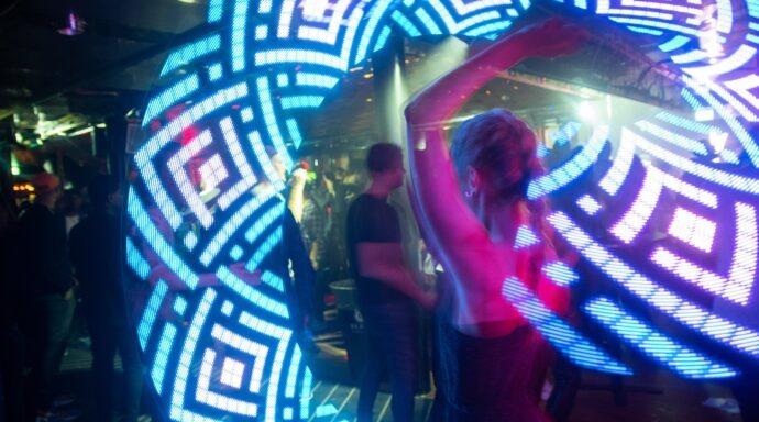 Dansare med LED-poi i nightclub