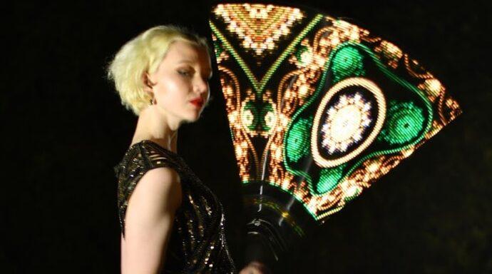 Dansare med pixelpoi och klänning i 1920-tals tema