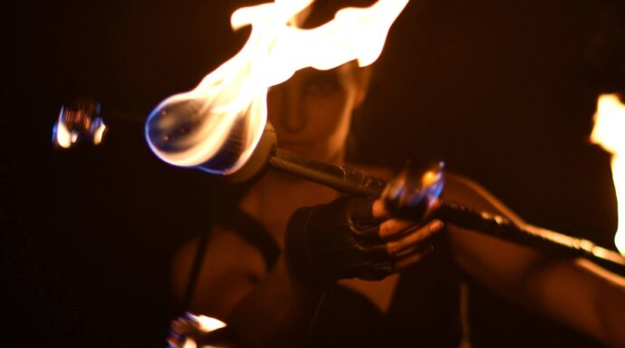 Elddansare med drakstav och läderhandske