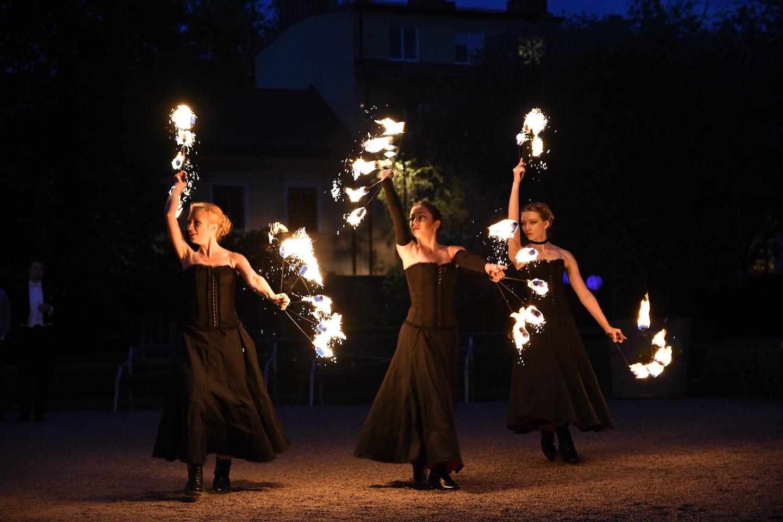Tre elddansare i show med moulin rouge tema