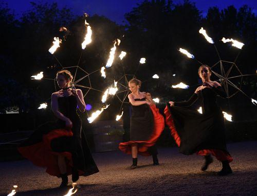 Eldshow med Moulin Rouge-tema i Linnéträdgården, Uppsala